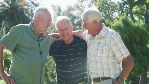 vídeos y material grabado en eventos de stock de los buenos amigos hacen que los buenos viejos tiempos duren para siempre - viejo