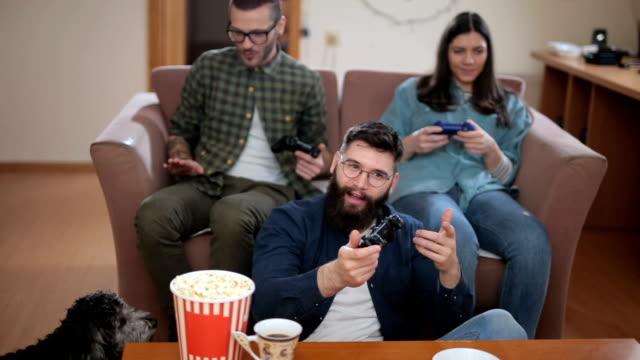 vídeos de stock e filmes b-roll de good friends playing games at home - três pessoas