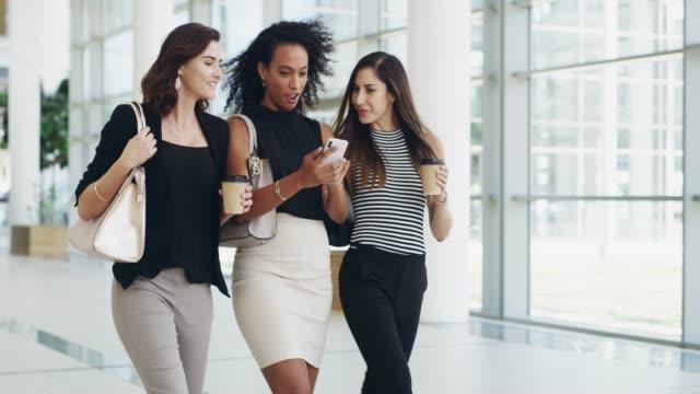 vidéos et rushes de les bons amis soutiennent les réussites de chacun - faire une pause