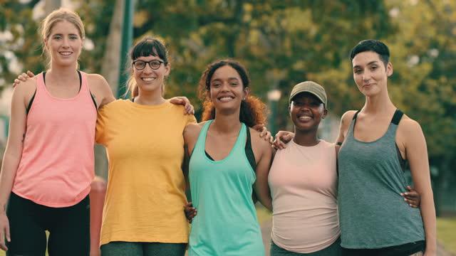 vidéos et rushes de de bons amis vous soutiennent en bonne santé - vie sociale