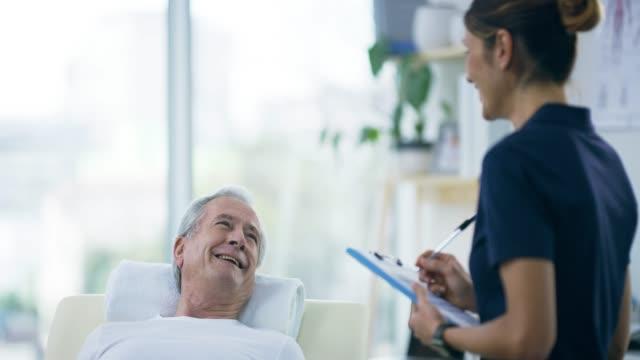 vídeos de stock, filmes e b-roll de boa saúde é importante em qualquer idade - fisioterapeuta