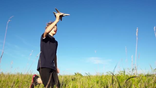 vídeos y material grabado en eventos de stock de good looking boy flys un avión - avión de papel