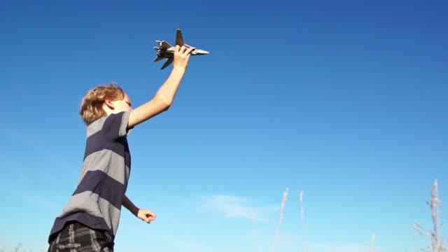 素敵な少年 flys 飛行機 - 少年点の映像素材/bロール