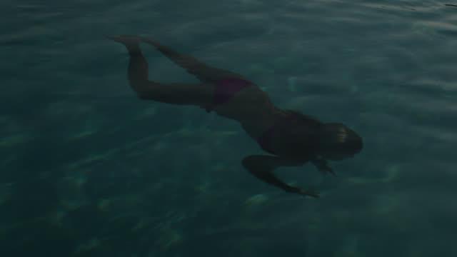 vídeos y material grabado en eventos de stock de good looking young couple kiss in the sea - calzoncillos bóxer