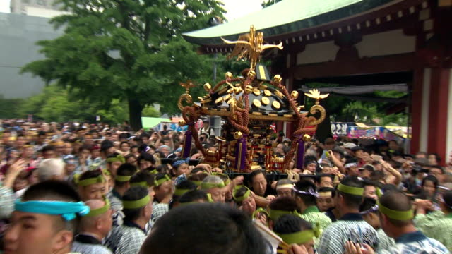 vídeos de stock e filmes b-roll de good men and women in tokyo's downtown asakusa district carried about 100 portable shrines around the area to worship them in the annual sanja... - maior
