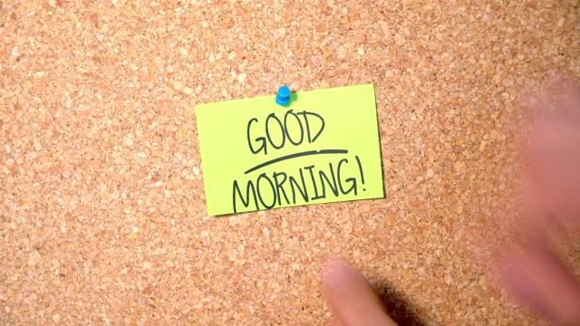 Guten Morgen Wortgruppe auf Papier fixieren sich auf Pinnwand von einem Mann