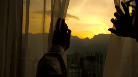 vídeos y material grabado en eventos de stock de buenos días, hombre cortina abierta mano - cortina