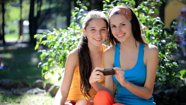 schönen sommer-fotos zu beachten - teenager alter stock-videos und b-roll-filmmaterial