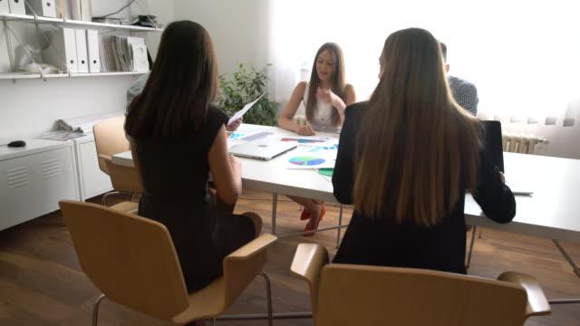 vídeos y material grabado en eventos de stock de buen rollo en la reunión de negocios - emoción positiva