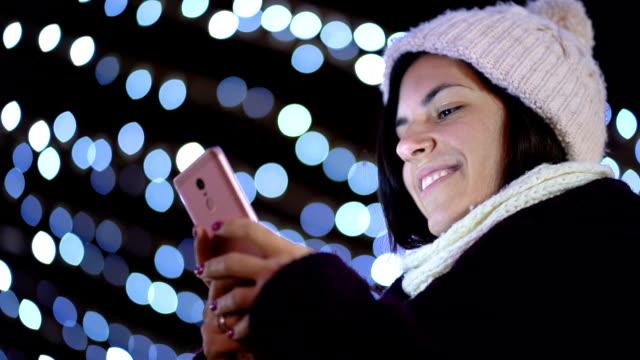 vídeos y material grabado en eventos de stock de buenos deseos para navidad - abrigo de invierno