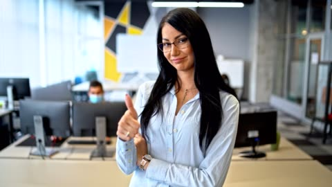 good work - team leader stands in her office in front of the colleagues and shows thumb up - thumbs up stock videos & royalty-free footage