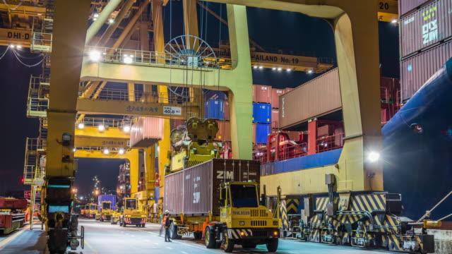 waren handel treiben im hafen frachtschiff zeitraffer - geografische lage stock-videos und b-roll-filmmaterial