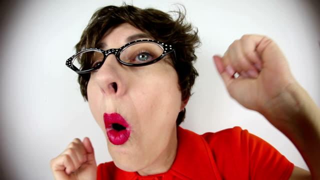 vídeos de stock, filmes e b-roll de pateta dançar nerd olho de peixe - feiura