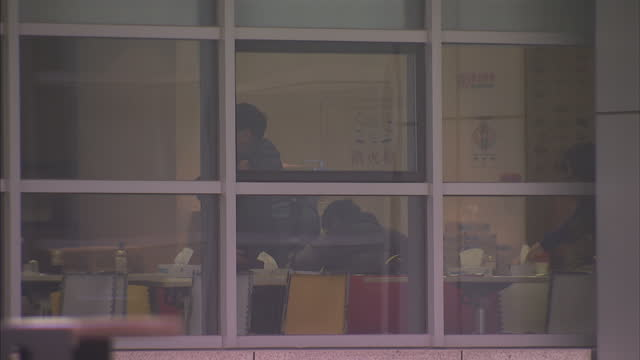 vidéos et rushes de google offices in bejing. shows exterior shots office block and people working inside and arriving for work with google logo seen at entrance. on... - office block exterior