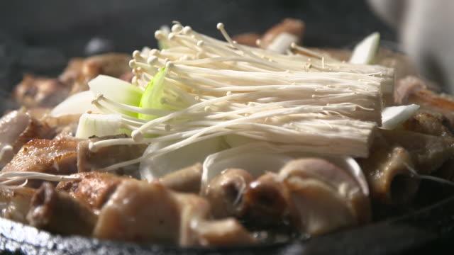 stockvideo's en b-roll-footage met gopchang (korean cattle intestine dish) being cooked with enoki mushroom - menselijke darmen