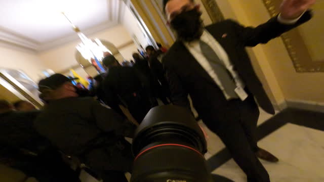 vídeos de stock, filmes e b-roll de gopro footage from a photo-journalist inside the us capitol as trump supporters occupy the building following rallies on wednesday, january 6, 2021... - multidão violenta