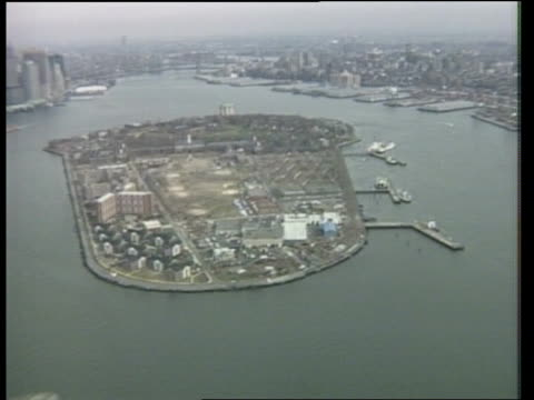 gorbachev new york visit agenda; ext new york: governor's island: airv small island in middle of hudson track r-l as city skyline in b/g - b rolle stock-videos und b-roll-filmmaterial