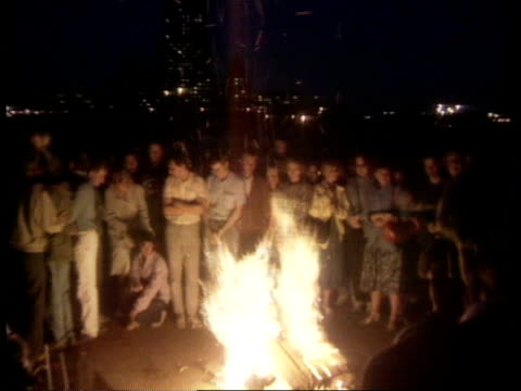 gorbachev ousted in coup / troops on streets anat moscow 'russian house of soviets' ext / night ms people standing around bonfire zoom in cms man... - tidigare sovjetunionen bildbanksvideor och videomaterial från bakom kulisserna