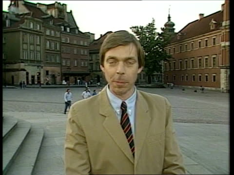 vidéos et rushes de gorbachev poland visit: day 1:; poland: warsaw: ext cms glover-james i/c sof & sign off tx:11.7.88/nat - varsovie