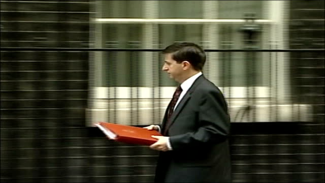 gordon brown aide comments on britian's 'special relationship' with usa; downing street: no 10: ext douglas alexander mp along into no 10 - douglas alexander stock videos & royalty-free footage