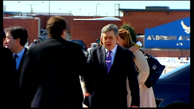 gordon brown and sarah brown boarding plane to leave us; usa: maryland: andrews air force base: ext gordon brown mp and his wife sarah brown speaking... - gordon brown stock-videos und b-roll-filmmaterial