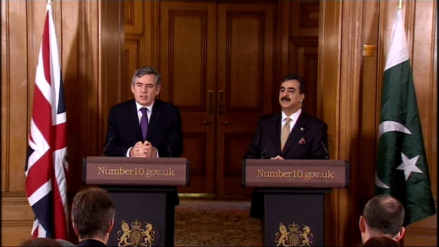gordon brown and yousaf raza gilani press conference; unidentified journalist asks question as follows: prime minister brown, i want to ask a... - 30 seconds or greater bildbanksvideor och videomaterial från bakom kulisserna