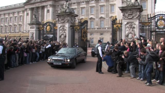 vídeos de stock e filmes b-roll de gordon brown arrives and leaves buckingham palace in order to request from the queen that parliament be dissolved in order to call a general election... - gordon brown