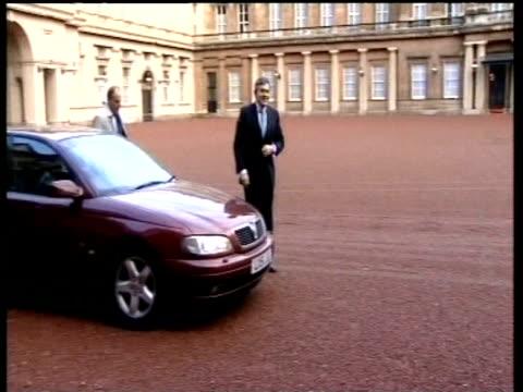 vídeos de stock e filmes b-roll de gordon brown arriving at buckingham palace mar 07 - gordon brown