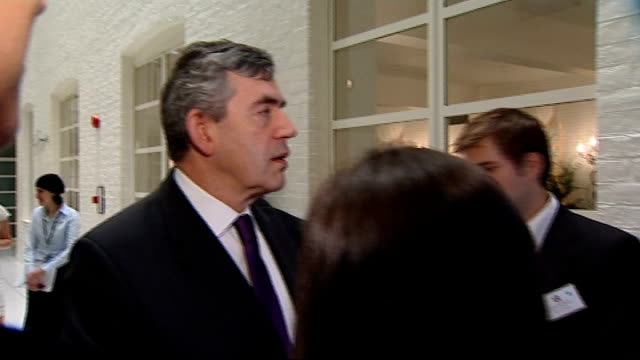 stockvideo's en b-roll-footage met gordon brown attends uk catalyst awards and makes speech; england: london: int **flash photography throughout** gordon brown along to greet and chat... - spelkandidaat