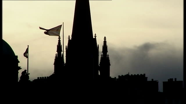 vídeos de stock e filmes b-roll de gordon brown comments on england/scotland union scotland edinburgh ext domed roof and spire of unidentified building silhouetted against sky with... - spire