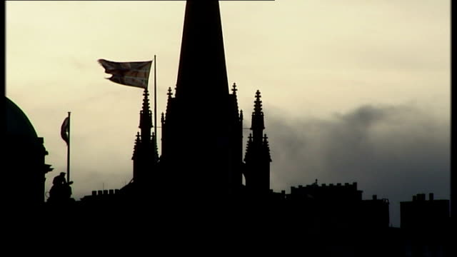 vídeos de stock e filmes b-roll de gordon brown comments on england/scotland union scotland edinburgh ext domed roof and spire of unidentified building silhoutted against sky union... - spire