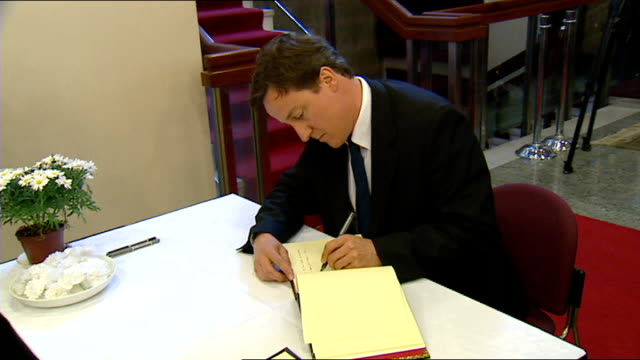 gordon brown david cameron william hague visit chinese embassy in wake of sichuan earthquake david cameron mp arrives cameron signs book of... - signierstunde stock-videos und b-roll-filmmaterial