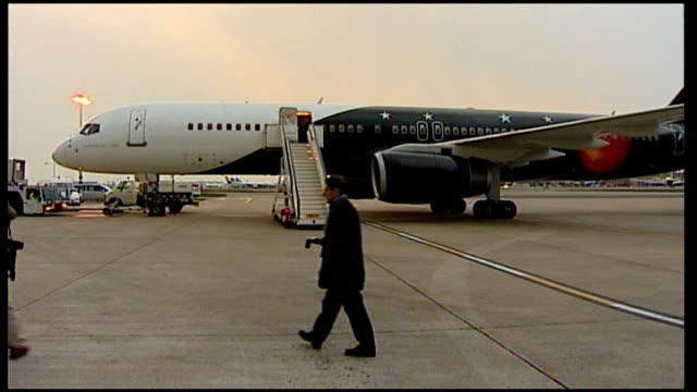 gordon brown departing for usa; england: london: heathrow airport: ext / dusk plane parked on tarmac gordon brown mp and entourage along from car,... - gordon brown stock-videos und b-roll-filmmaterial