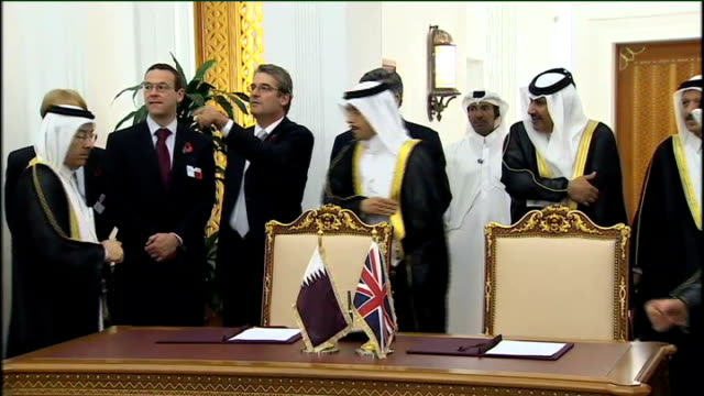 vidéos et rushes de gordon brown gulf tour: day 2: riyadh and doha; al thani and brown towards with entourage for signing of clean energy accord / accord documents... - prime minister
