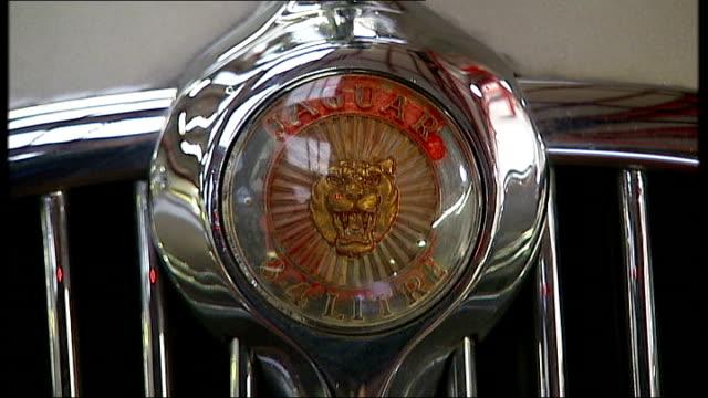vídeos de stock e filmes b-roll de gordon brown hints at tax cuts in annual address to city of london england int jaguar hood ornament on bonnet of jaguar car front of jaguar car... - grade de radiador