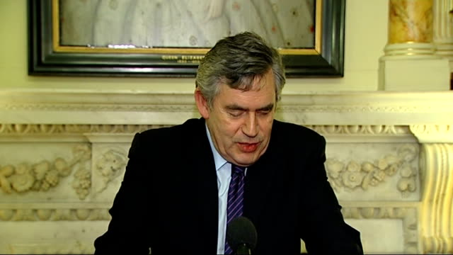vídeos de stock e filmes b-roll de gordon brown hosts 'lesbian gay bisexual and transgender history month' reception at downing street gordon brown speech sot welcomes guests/ happy to... - homofobia