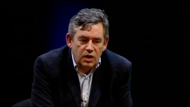 vidéos et rushes de gordon brown interviewed by film director anthony minghella; member of audience asks question about whether uk should have the courage to disarm?... - anthony minghella
