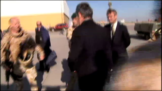 vidéos et rushes de gordon brown iraq visit / date set for troop withdrawal basra ext brown meeting military personnel on visit to basra airbase - bassora