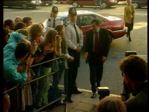 vídeos y material grabado en eventos de stock de gordon brown is cheered by supporters as he enters treasury for first time shaking hands with his permanent secretary on way london 02 may 97 - primer ministro británico