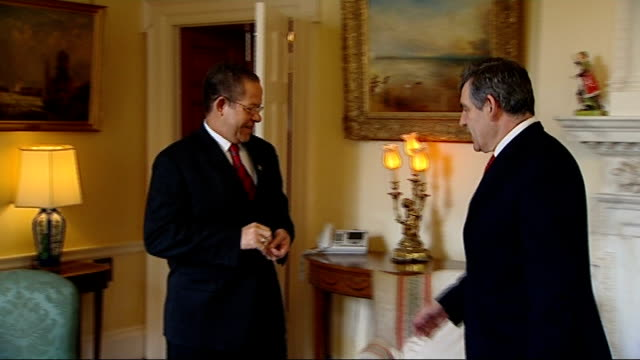 vídeos y material grabado en eventos de stock de gordon brown meets jamaican pm, bruce golding; england: london: downing street: int gordon brown mp and bruce golding into room and shake hands for... - jamaiquino