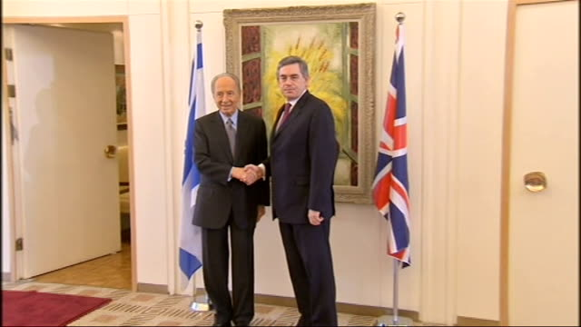 press conference with president peres israel jerusalem photography *** handshake photocall between shimon peres and gordon brown mp / brown and his... - signierstunde stock-videos und b-roll-filmmaterial