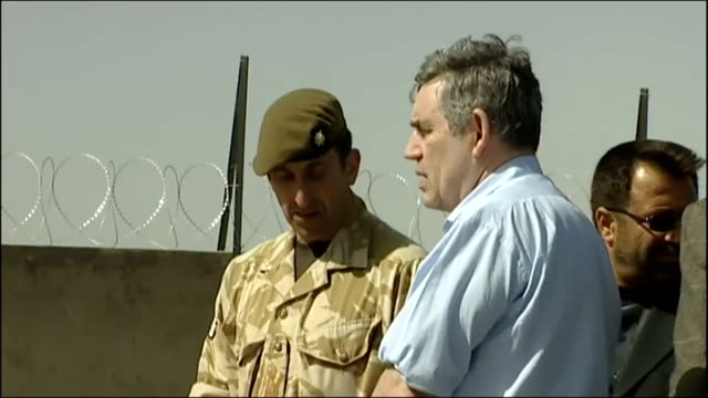 vídeos de stock e filmes b-roll de gordon brown pays surprise visit to troops in afghanistan afghanistan helmand province lashkar gah ext various of gordon brown mp watching afghan... - exército nacional afegão