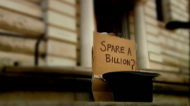 vídeos de stock, filmes e b-roll de gordon brown to unveil new bank rescue scheme england london whitehall ext close shot of handwritten message 'spare a billion' beside bowler hat sign... - lançar a moeda ao ar