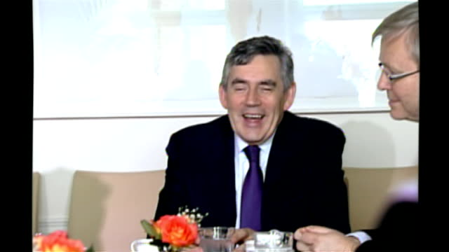 meeting with geithner and rudd; usa: new york: int british prime minister gordon brown mp, australian prime minister kevin rudd, federal reserve bank... - gordon brown stock-videos und b-roll-filmmaterial