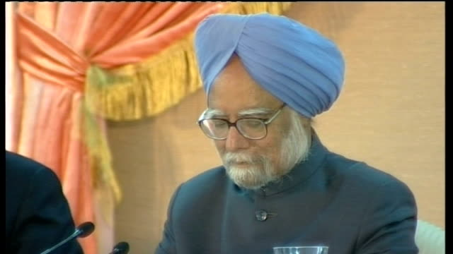 press conference with manmohan singh; india: new delhi: int gordon brown mp along with manmohan singh brown and singh seated for signing of joint... - mp stock-videos und b-roll-filmmaterial
