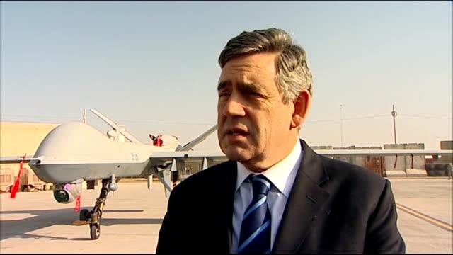 gordon brown visits british troops in afghanistan afghanistan kandahar ext british prime minister gordon brown mp speaking to british soldiers gordon... - カンダハール市点の映像素材/bロール