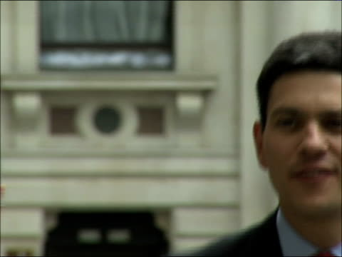 gordon brown's cabinet reshuffle: foreign secretary david miliband arrival and statement; england: london: foreign office: ext car arrives as david... - 内閣改造点の映像素材/bロール
