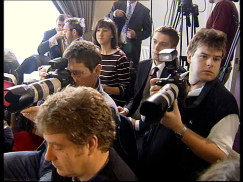 gordon brown's plan for african debt relief at g8 summit scotland edinburgh brown speaking at press conference **flash photography** photographers at... - schlußtag stock-videos und b-roll-filmmaterial