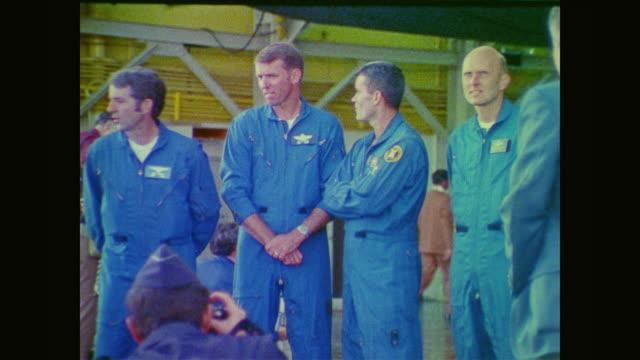 gordon fullerton explains the logistics of a drop test - 1976年点の映像素材/bロール
