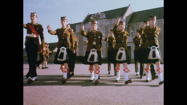 1981 gordon highlanders regiment, golf - aberdeen schottland stock-videos und b-roll-filmmaterial